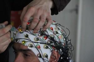 Le casque d'électroencéphalographie (EEG) permet de visualiser les signaux électriques émis par le cerveau. (photo : José Olivares)