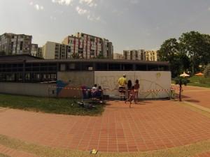 Une quinzaine d'enfants ont participé à la création du graffiti Villeneuve Plage sur les deux samedis. (photo : Morgane Cohen)