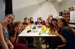 Noémie (Angélique), Aïssa (intermèdes), XXX, Clara (Louison), Najlaa (intermèdes), Jérémie (Cléante et le notaire), Sohaïb (M. Diafoirus), Guillaume (intermèdes), Camille (intermèdes), Lula (Béline), Charline (intermèdes), Lia (intermèdes), Élise (Toinette). (photo : BB)