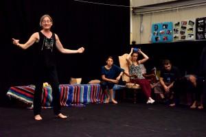 Sophie Berckelaers dirige ses jeunes comédiens. (photo : BB)