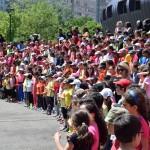 La chorale réunit les enfants de la Villeneuve sur la Place rouge, vendredi 29 mai. (photo : BB, Le Crieur de la Villeneuve)