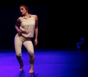 Lucie Veslin, de la compagnie Les Mutins, lors de la représentation de Sólarsteinn. (photo : Eric Grospeillet)