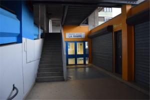 Le gymnase de la Rampe, à la Villeneuve, dont la rénovation, débutée en 2013, est au point mort. (photo : BB, Le Crieur de la Villeneuve)