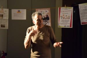 Ali Djilali, comédien et metteur en scène, a travaillé avec les parents d'élèves pour créer Et alors à l'école, ça va ? (photo : BB, Le Crieur de la Villeneuve)
