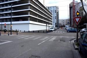 Le carrefour de la rue des Peupliers et de la ligne A du tram. À gauche, le nouveau parking silo. Au fond, le vide laissé par la destruction d'une partie du 50 galerie de l'Arlequin. (photo : BB, Le Crieur de la Villeneuve)