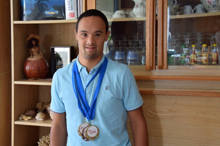 Nicolas Virapin avec ses trois médailles obtenues aux Trisome Games, à Florence, en juillet. (photo : Benjamin Bultel, Le Crieur de la Villeneuve)