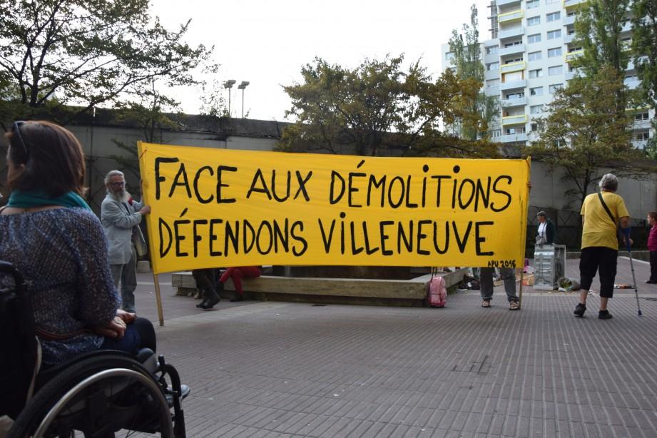 Une manifestation contre les destructions s'est tenue devant Le Patio, mercredi 28 septembre. (photo : BB, Le Crieur de la Villeneuve)