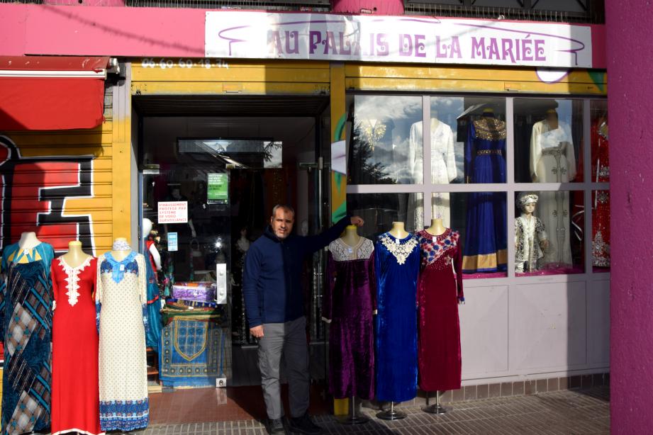 Abdelkader Hammou, devant son magasin, Le Palais de la mariée. (photo : Sabrina Boukhatem, Le Crieur de la Villeneuve)