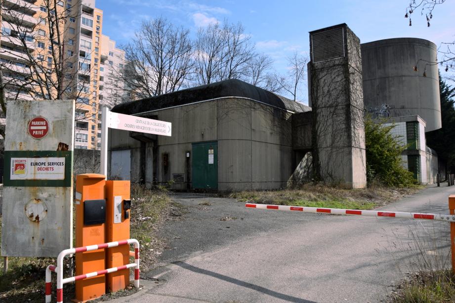 La centrale de collecte éolienne des déchets, désaffectée, à l'angle de la rue des trois quartiers et de la rue Dodero. (photo : BB, Le Crieur de la Villeneuve)