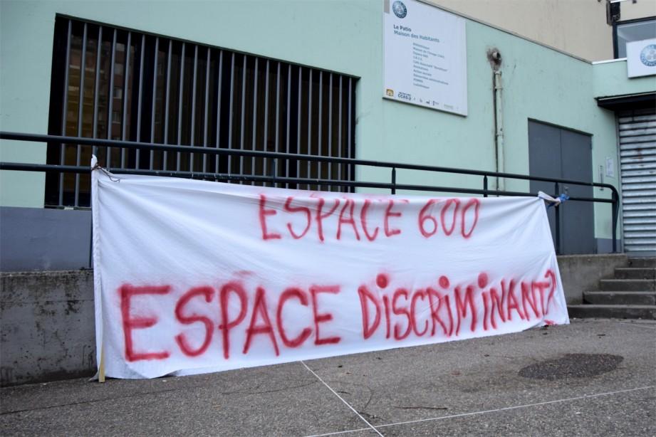 Le 19 février, devant l'Espace 600. (photo : BB, Le Crieur de la Villeneuve)