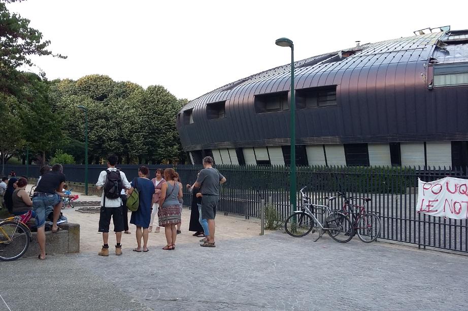 Les parents d'élève se réunissent tous les soirs à 20 heure, devant le collège. (photo : José Olivares, Le Crieur de la Villeneuve)