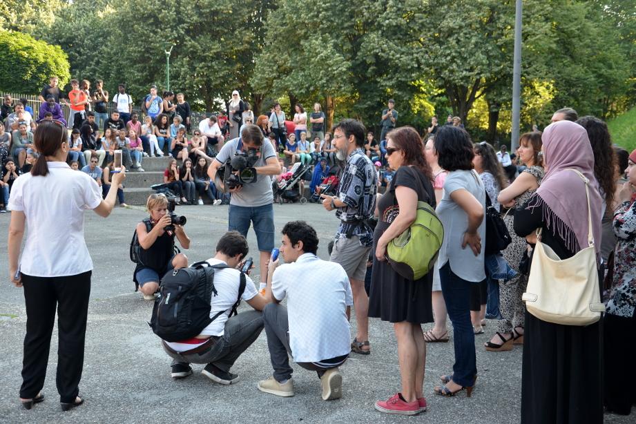 Les parents d'élèves prennent la parole sur la place Rouge, lundi 12 juin, au lendemain de l'incendie du collège. (photo : Le Crieur de la Villeneuve)