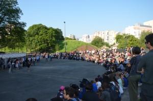 Sur la place Rouge, lundi matin, l'équipe du collège informe les élèves et leurs parents sur la tenue des cours. (photo : Le Crieur de la Villeneuve)