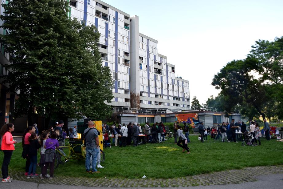 Le 20 mai, lors du repas de soutien aux locataires du 10-20 galerie de l'Arlequin (en arrière-plan, le 10) (photo : BB, Le Crieur de la Villeneuve)