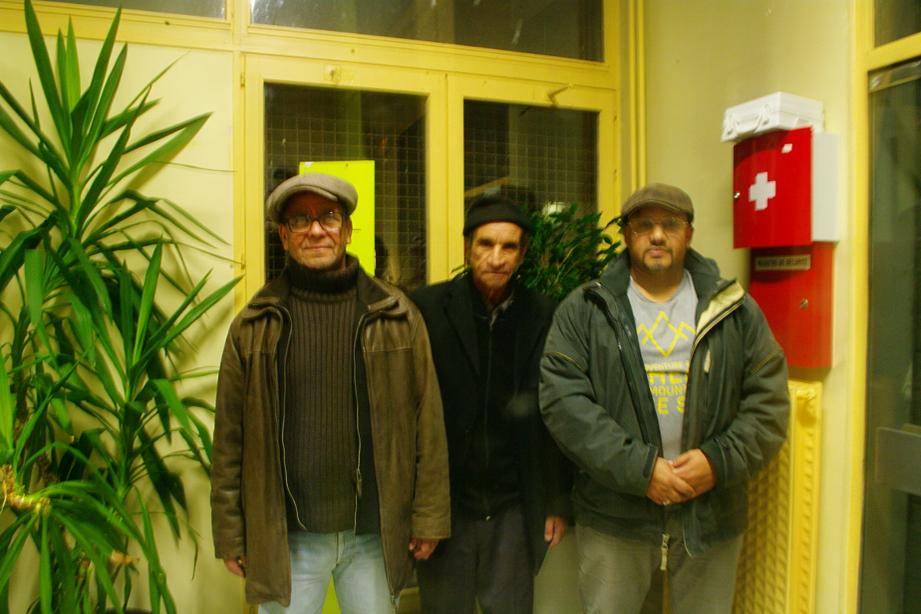 Omar, Houcine et Ramoula, tous les trois bénévoles à Kiap, s'occupent du lieu d'accueil. (photo : Déborah Mougin, Le Crieur de la Villeneuve)