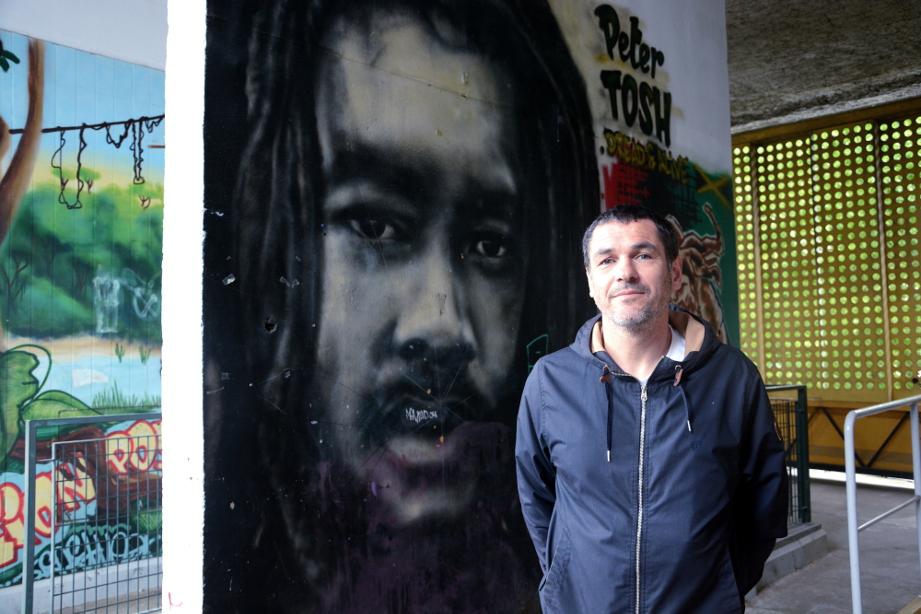 Jérôme Favre, alias Nessé, devant la « galerie de l'Arlequin », en bas du 170. Le graffeur, qui a délaissé la bombe pour la peinture, réalise actuellement des fresques dans le collège Lucie Aubrac des Géants. (photo : BB, Le Crieur de la Villeneuve)