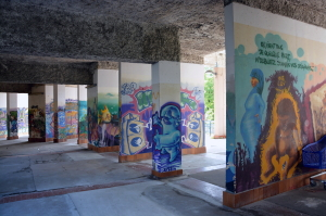 """La """"galerie de l'Arlequin"""", ensemble de fresques réalisées entre 1995 et 1997 en bas des 160 et 170 galerie de l'Arlequin. (photo : BB, Le Crieur de la Villeneuve)"""