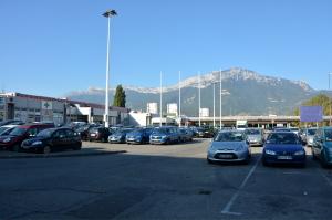 La future extension de Grand'Place s'étendra sur ce parking actuel. (photo : BB, Le Crieur de la Villeneuve)