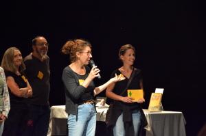 La directrice de l'Espace 600 Anne Courel, entourée d'artistes programmés à l'Espace 600 et de membres de l'association qui dirigent le théâtre. (photo : BB, Le Crieur de la Villeneuve)