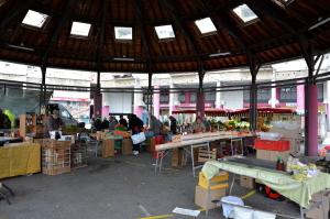 La place du marché et ses marchands ne devrait pas être touchés pas les rénovations des commerces entourant la place. (photo : BB, Le Crieur de la Villeneuve)