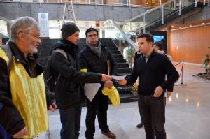 Alan Confesson reçoit le courrier du collectif réclamant la mise en place d'un RIC dans le quartier. (photo : BB, Le Crieur de la Villeneuve)