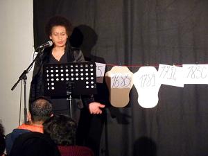 Aurélia Décordé Gonzalez lors de sa conférence Aux marges de l'universel, salle 150, vendredi 23 novembre. (photo : Contrevent)