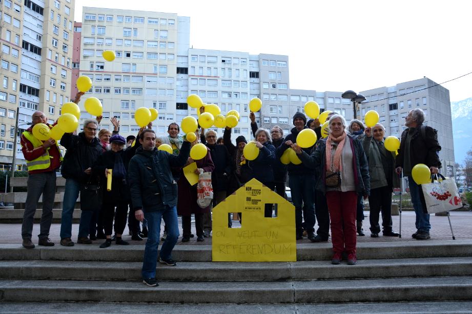 Des habitants mobilisés pour réclamer un référendum sur les démolitions de logements sociaux à la Villeneuve. (photo : BB, Le Crieur de la Villeneuve)